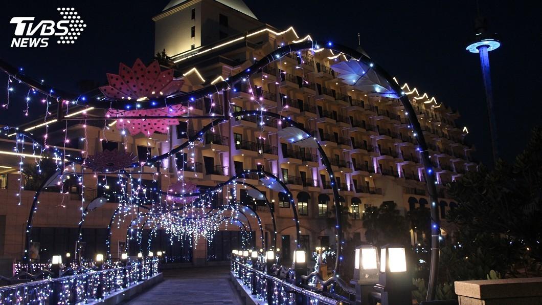 淡水飯店業者打造心型情人空橋,浪漫破表。圖/業者提供