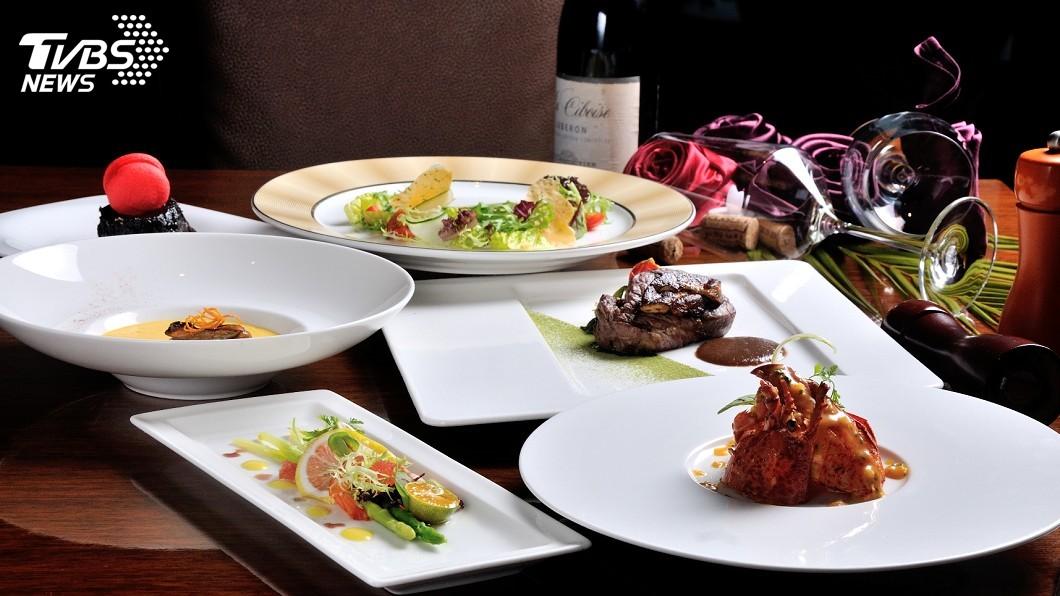 高雄飯店業者推出享用情人節套餐,加碼送住宿一晚活動。圖/業者提供