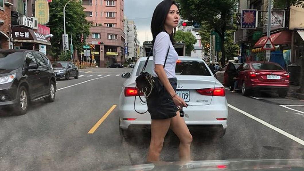圖/網友提供 三寶氣質女違規過馬路 網友全暴動:原諒她
