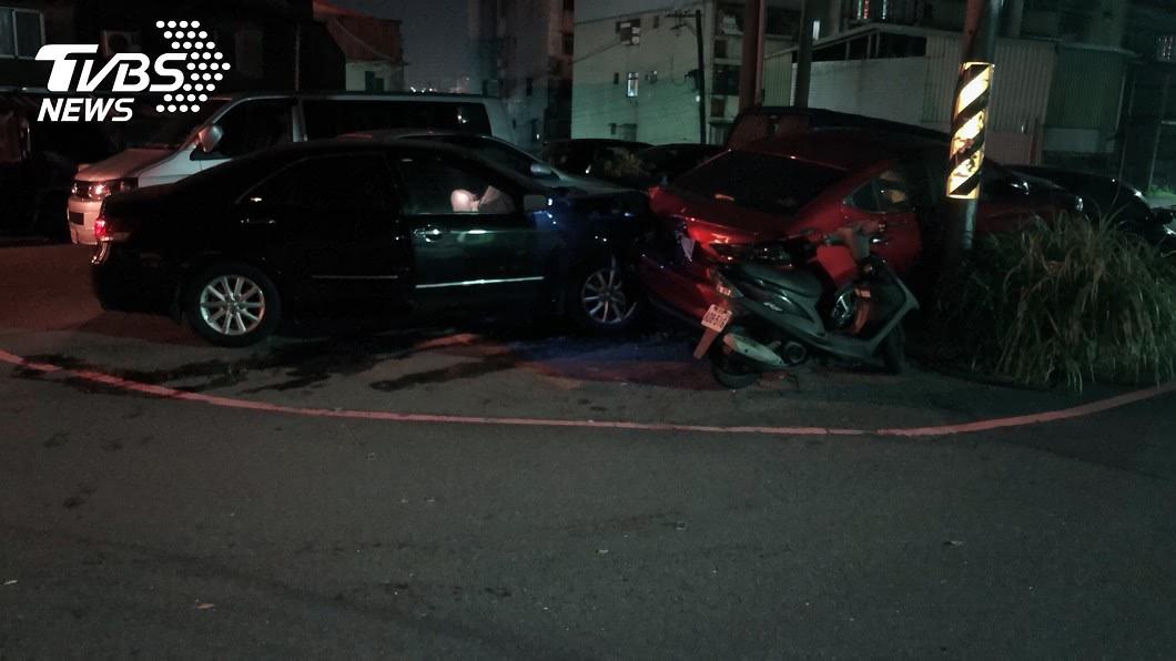 市議員童仲彥外出找朋友時,酒駕自撞路邊轎車。圖/TVBS