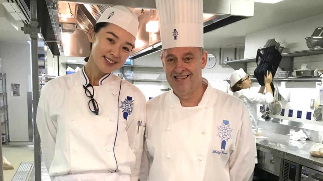 王靜瑩與Chef合照。圖/寶麗來提供 手燙傷「天天洗鍋1小時」 女星赴日苦學6週拿藍帶證書