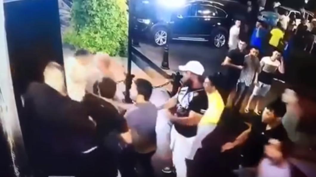一行人與保全在夜店門口發生爭執。圖/翻攝自YouTube