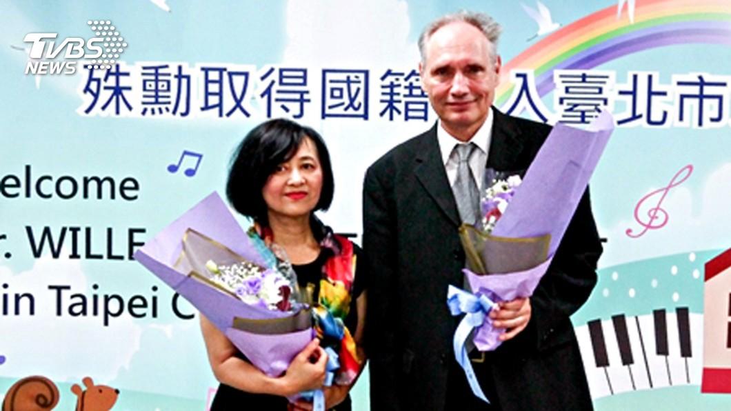 圖/中央社 鋼琴家魏樂富歸化 領中華民國身分證
