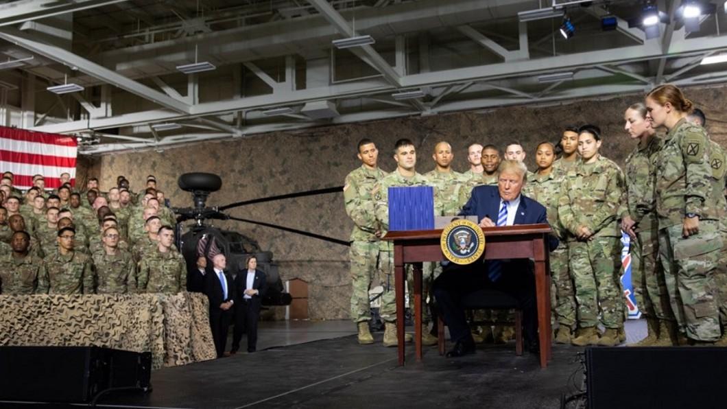 圖/翻攝自Donald J. Trump Twitter 川普簽了 美國防授權法生效