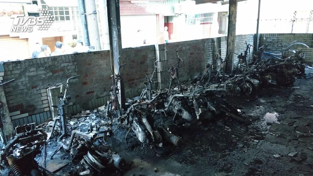 圖/中央社 台南大樓停車場火警 多輛機車腳踏車被燒毀