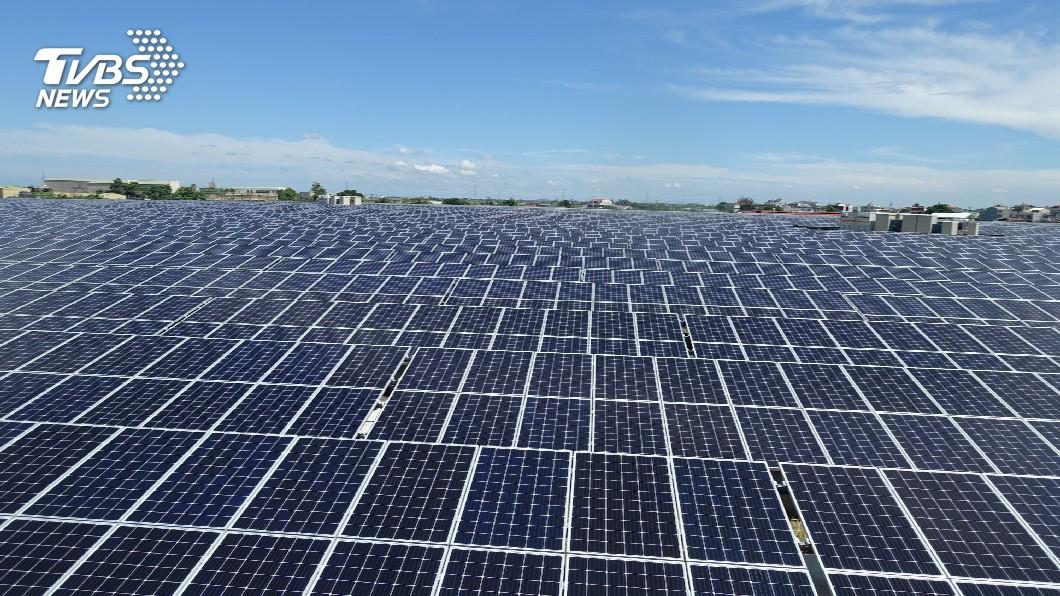 圖/中央社 太陽能板進駐 新營掩埋場變發電廠