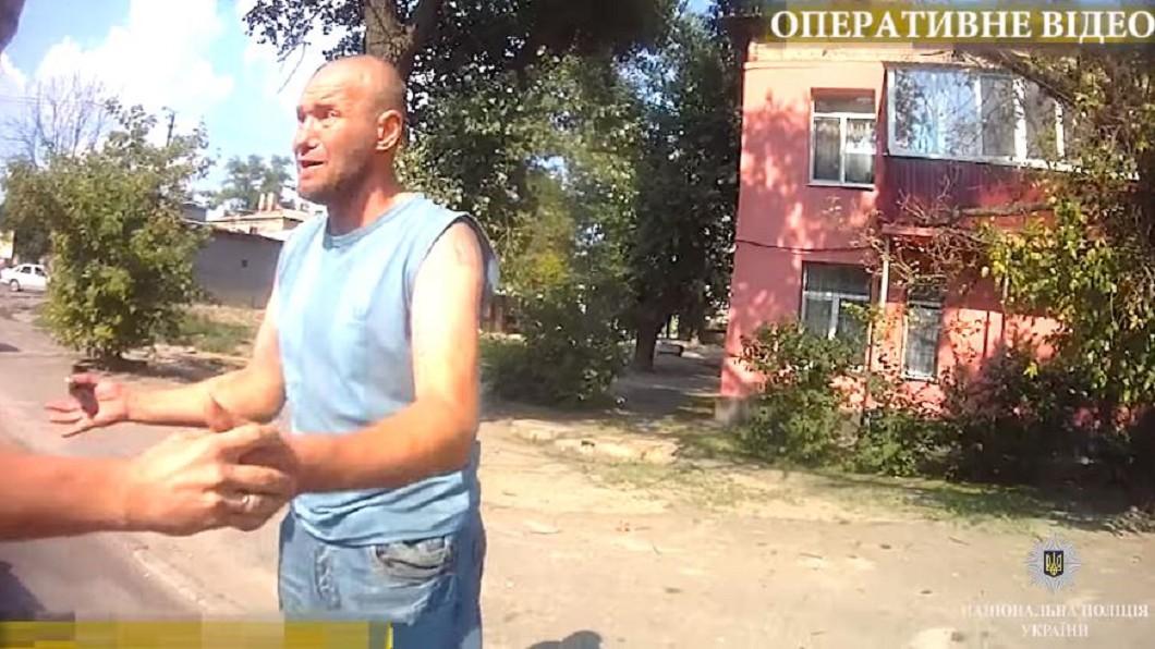 圖/翻攝聶伯警察局YouTube 塞手榴彈整人!白目男拔插銷落跑 友嚇傻握到手抖