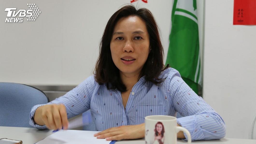 圖/中央社 劉曉玫簽承諾書 當選縣長提高警消危險加給