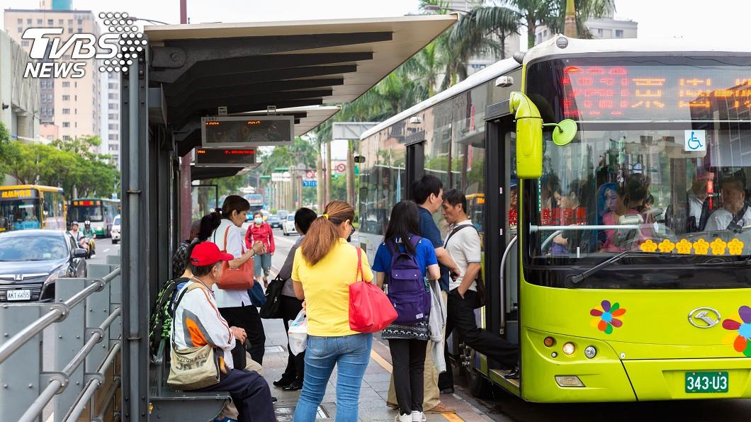公車。示意圖/TVBS(非當事車輛) 我真的好累!深夜站站停 司機崩潰嚇壞乘客