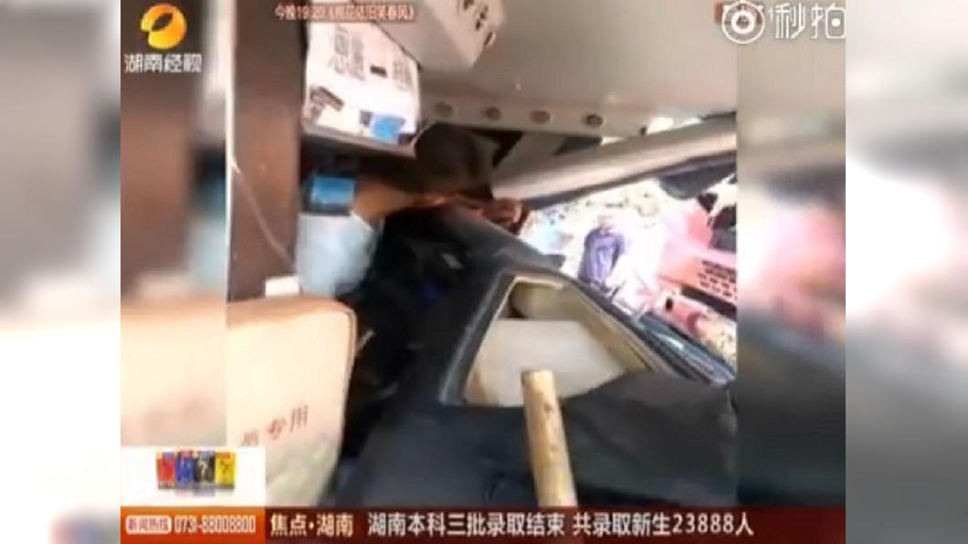 圖/翻攝自《微博》 巴士司機捨身擋逆向車 「1命救38命」卡駕駛座失血亡