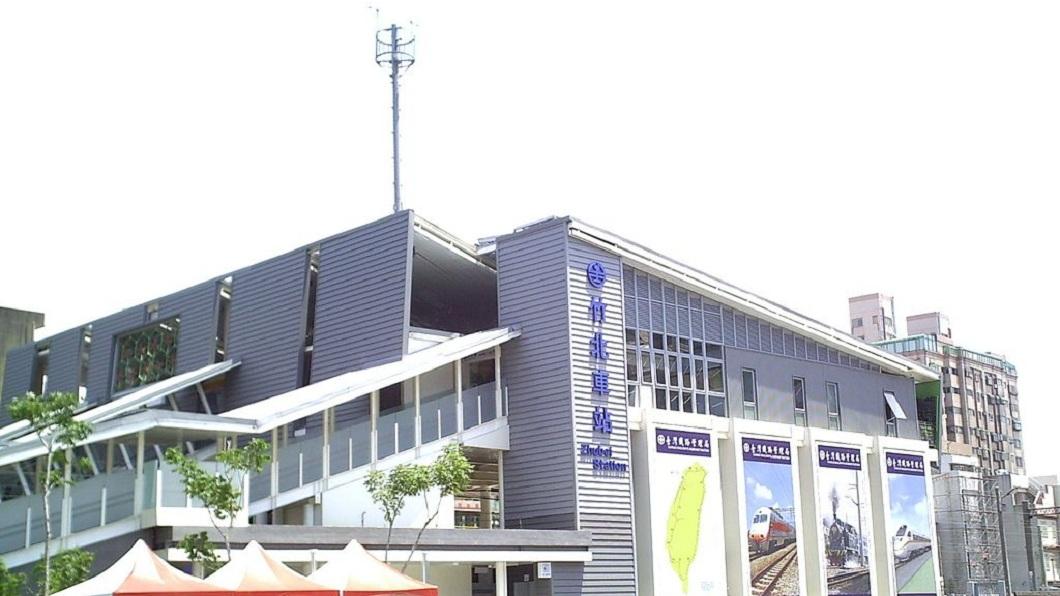 竹北車站去年11月發生列車輾過乘客的事件,站務員和列車長被檢方提起公訴。(圖/翻攝自維基百科) 旅客跌落月台…站務員和車長均不知 列車輾過害截肢