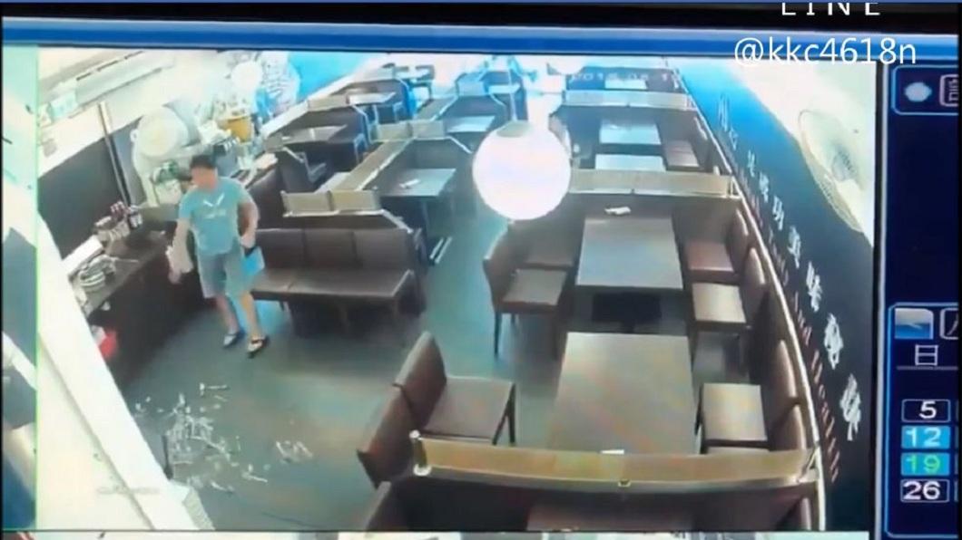 男子接著把擺在一旁的餐具弄倒在地。(圖/翻攝自黑色豪門企業臉書粉絲團)