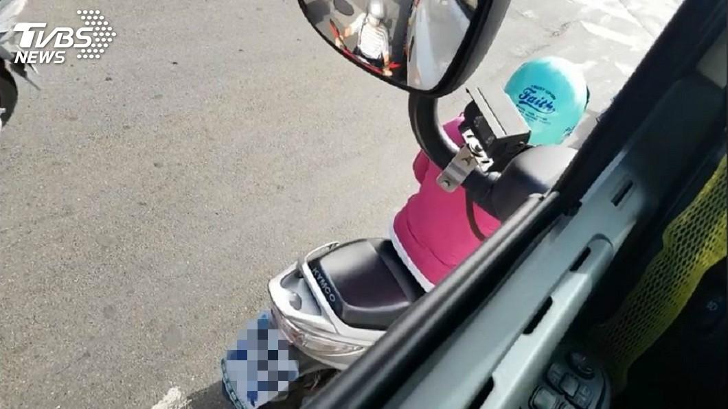之後網友也從車窗探頭出去看,發現女騎士就停在他的左前方,正好就是視線死角看不到的地方。(圖/張姓網友授權提供)