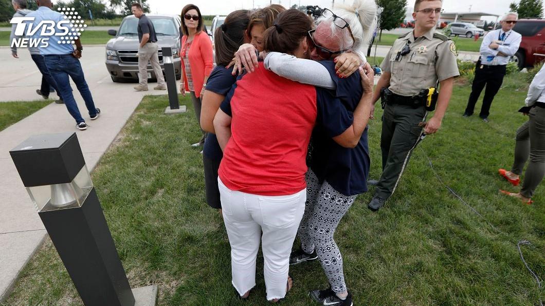 茉莉的親友們悲痛欲絕,彼此擁抱。絕圖/達志影像美聯社