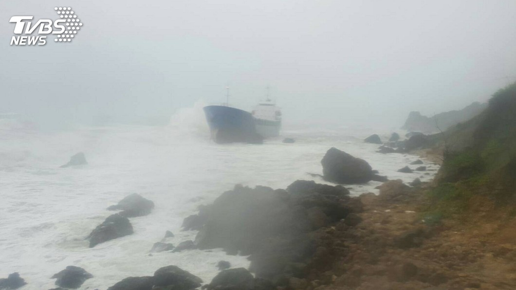 圖/中央社 風強雨大 高雄外海4船擱淺海巡救援