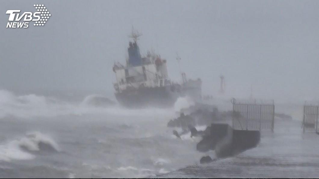 圖/TVBS 台南、高雄外海擱淺貨輪 海巡人員持續監控