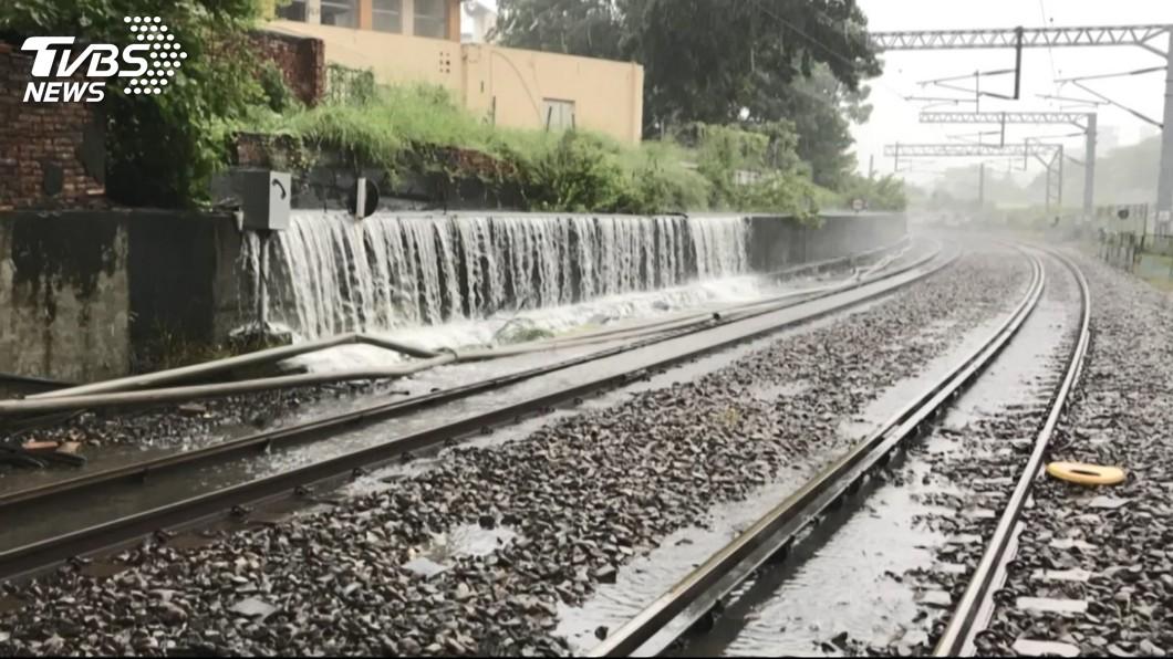 圖/TVBS 豪雨襲南台灣 台鐵南下自強號只到嘉義