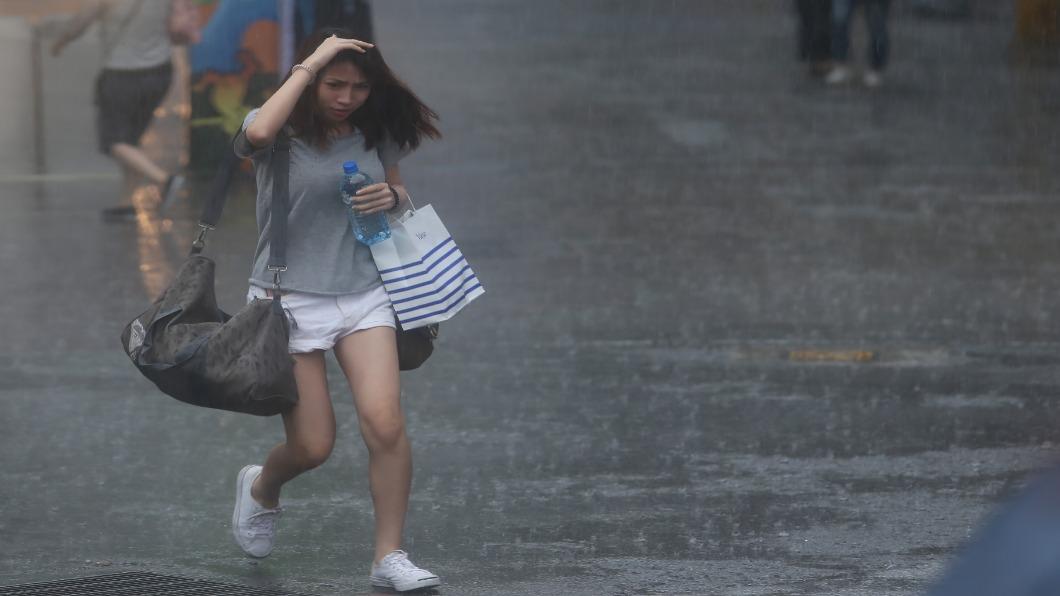 圖/中央社 雨彈往北帶11級強風 今晚至明晨仍「紫爆」超大豪雨