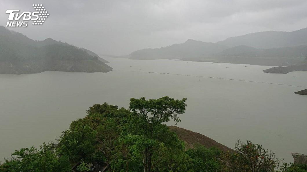 圖/中央社 台南超大豪雨 水庫蓄滿洩洪溢流