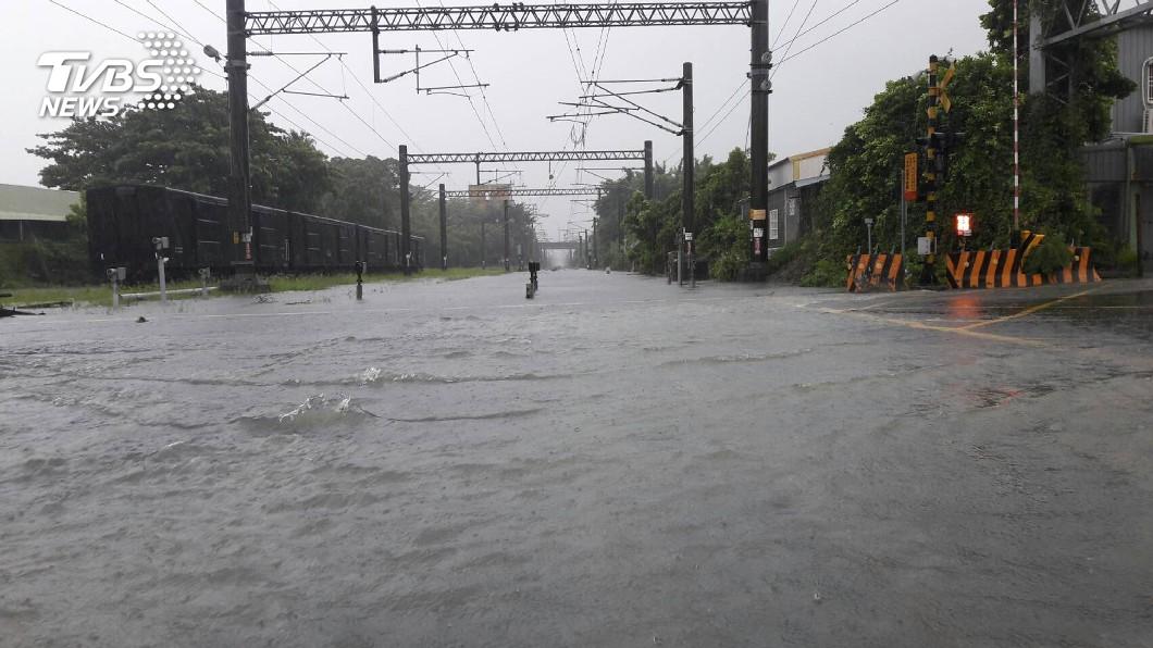 圖/中央社 豪雨襲南台灣 台鐵多處水淹軌面無法通行