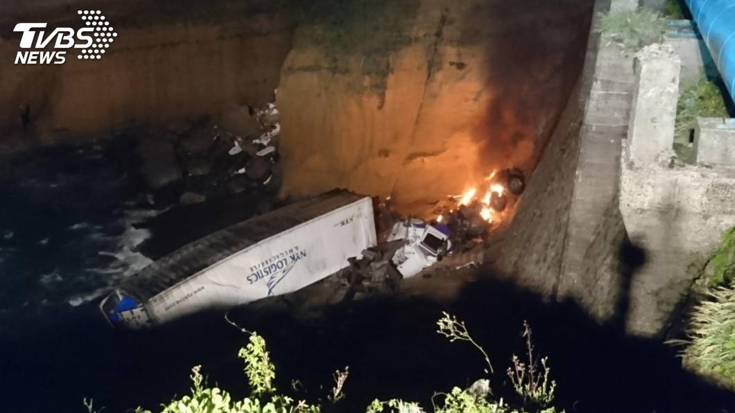 圖/TVBS 快訊/貨櫃車翻覆3樓高邊坡起火 一人受困