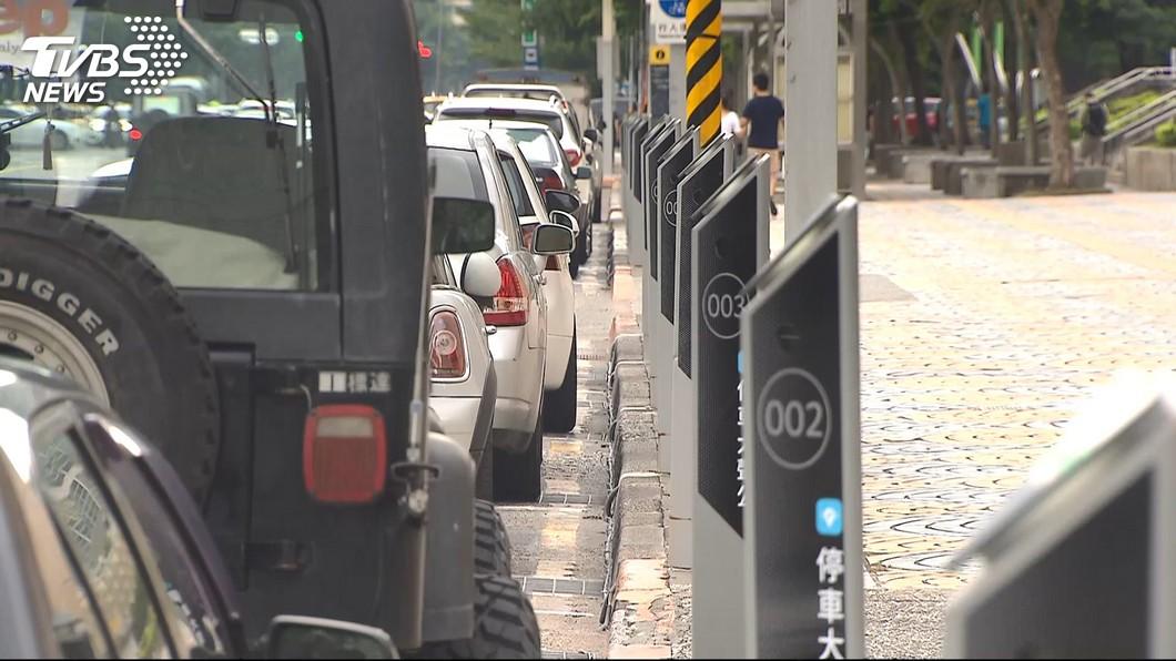 北市停管處規劃明年將在萬華及大同區設智慧收費停車格。(圖/TVBS) 智慧停車格收費成本高 北市:含提供即時服務