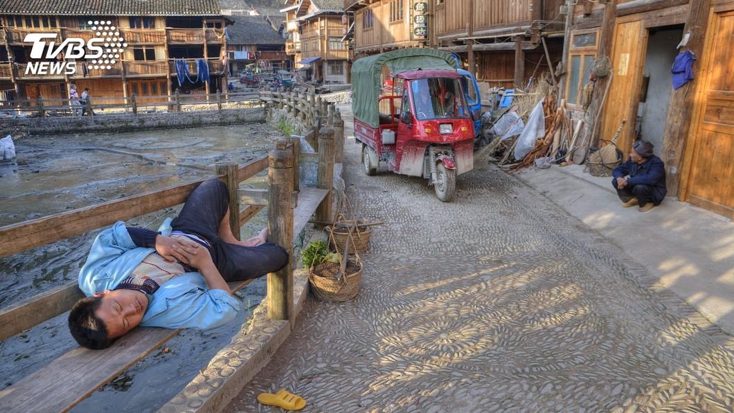 非新聞當事人,與本新聞事件無關。示意圖/TVBS 奇葩父為省冷氣電費 帶兒子睡馬路被車撞