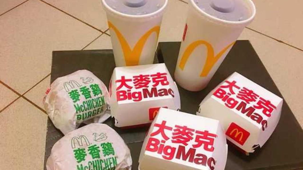 翻攝/爆怨公社 「2冷飲+5漢堡」這整桌只花80!網友破解省錢訣竅