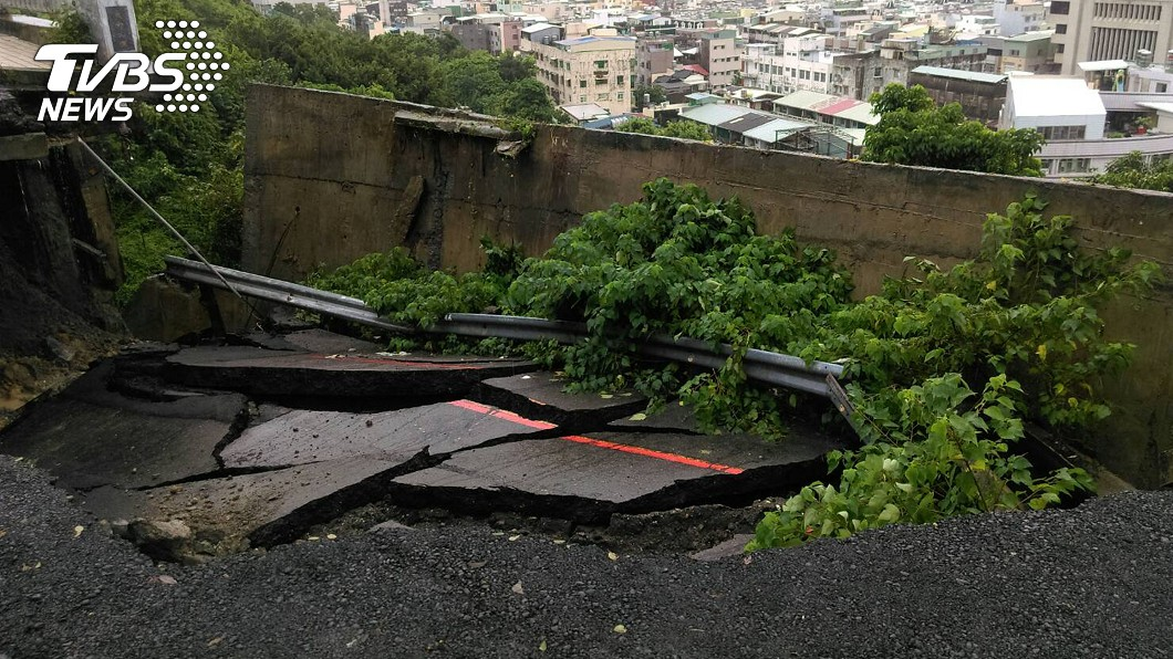 圖/中央社(民眾提供) 高雄豪雨襲 壽山萬壽橋前山路坍方