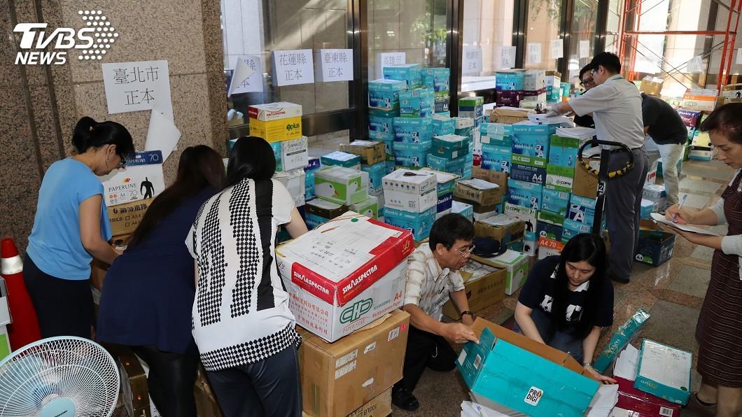 圖/中央社 公投連署書堆積如山 中選會動員百人清點
