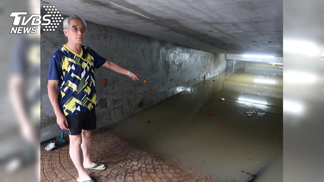 圖/中央社 高雄豪雨灌建物地下室 汽機車泡水損失慘