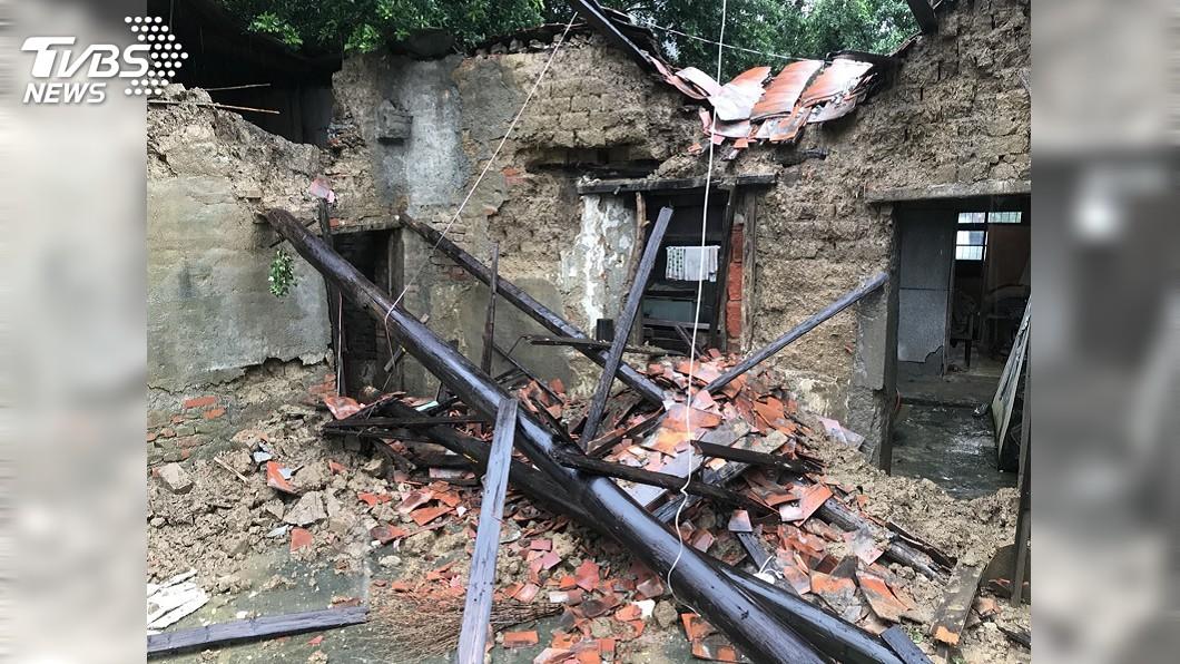 圖/中央社 鳳山老屋雨中坍塌 警消救出受困老翁