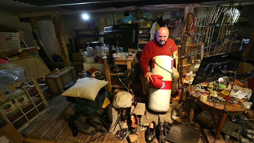 德國音效師竹·佛斯特在堆滿道具的擬音室拿拳擊手套痛打沙袋。圖/達志影像美聯社
