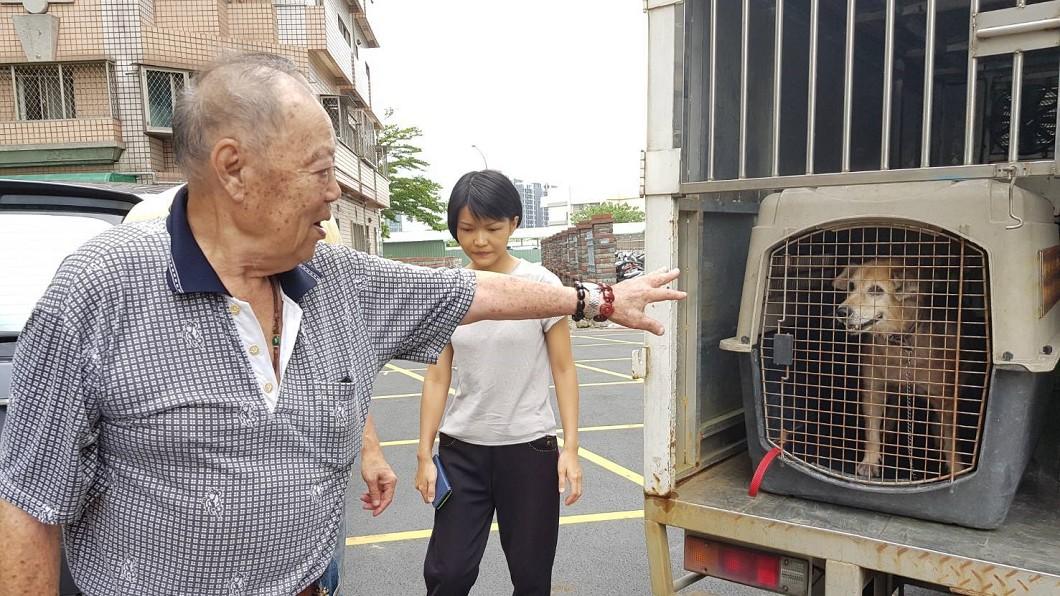 圖/新北市動保處 要愛下一個家喔…89歲老榮民含淚送走「唯一家人」