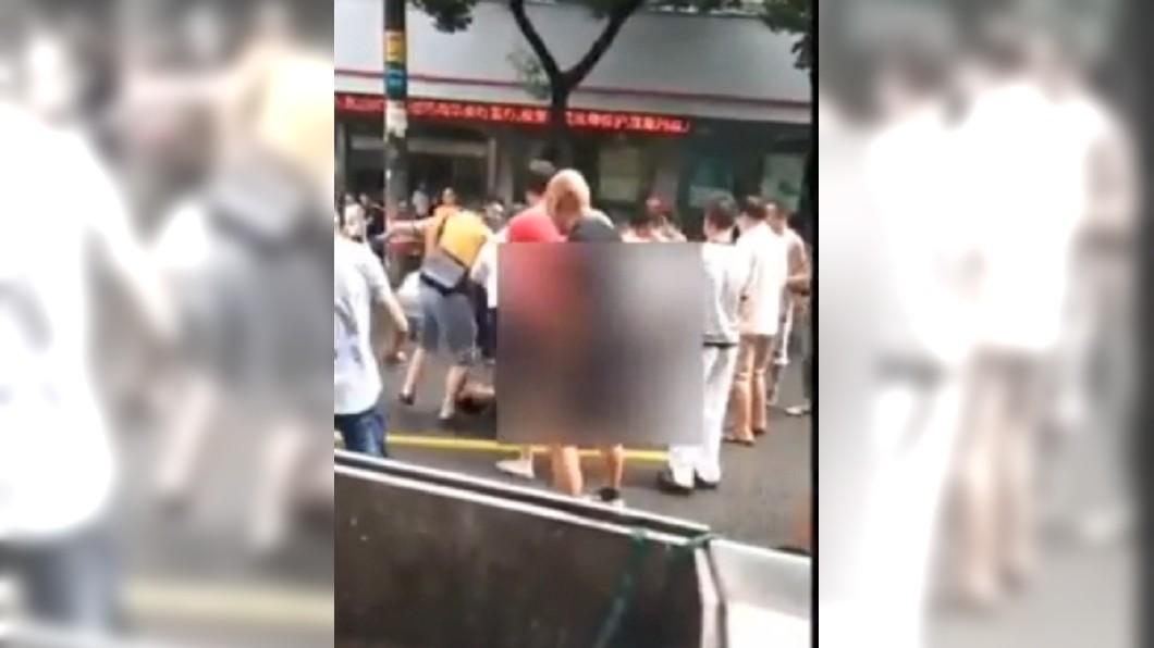 路過民眾將全裸男子暴打一頓。圖/翻攝自YouTube
