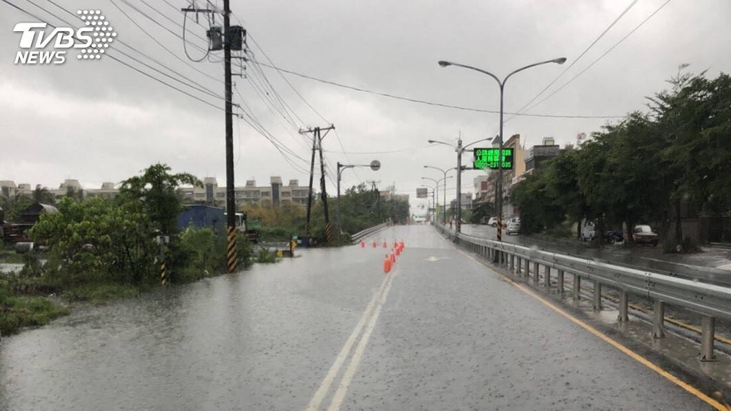 圖/中央社 屏東部分地區仍淹水 台17線持續封閉