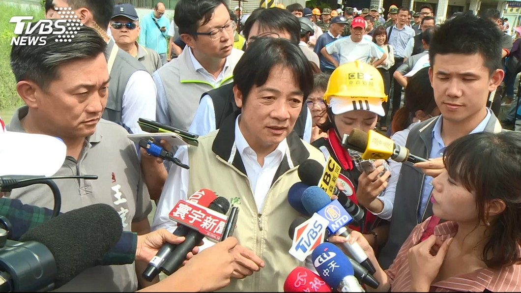立委王定宇(左)曾說台南市的治水預算若有台北市的經費就不會淹,但現在統計近13年政府編列的預算,台南市是全台所有縣市之冠。(圖/TVBS)