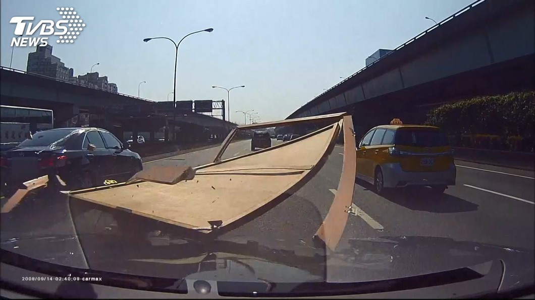 圖/TVBS 國道散落物12秒就一件 上路地雷胎皮奪冠!