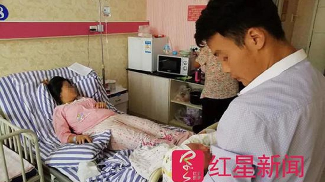 大陸一名孕婦產檢時發現懷了雙胞胎,但分娩時卻只有一個,夫妻倆懷疑是院方抱走了。(圖/翻攝自紅星新聞) 孕婦產檢驗出雙胞胎…分娩卻只生1個 院方:先前看錯了