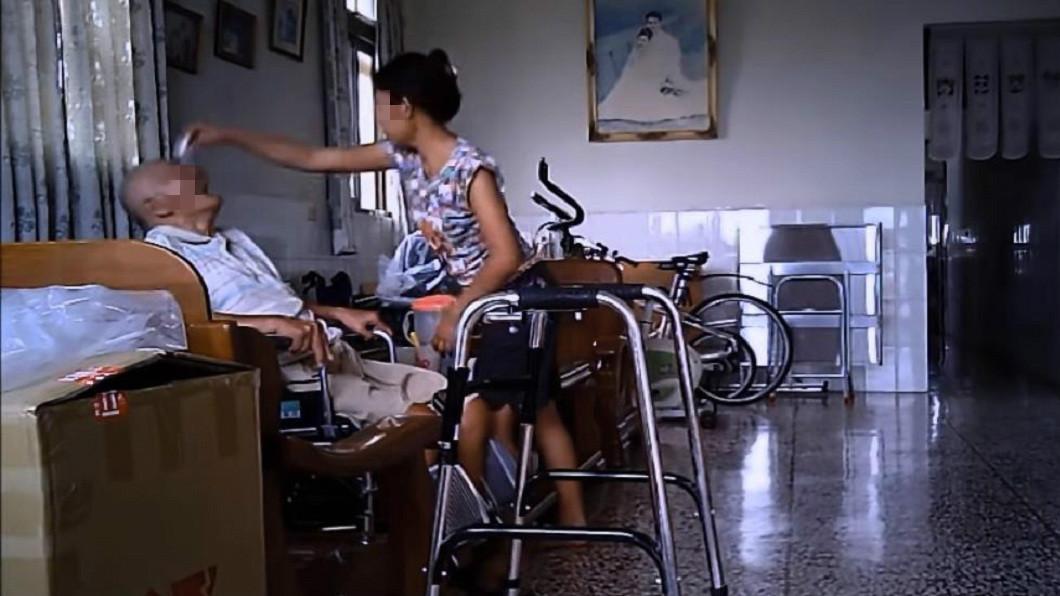 有網友分享自己80歲爺爺遭印尼看護虐待的影片。(圖/翻攝自YouTube)