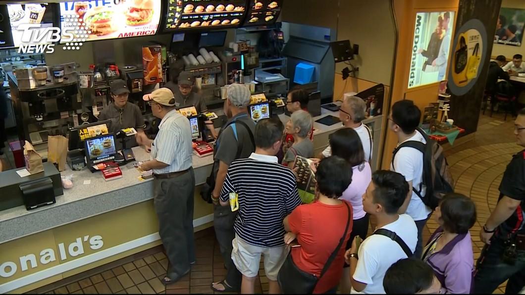 831全台麥當勞推出大麥克買一送一,有男子買不到要告店家詐欺。(圖/TVBS) 奧客買不到大麥克 發飆怒控店家:這是詐欺