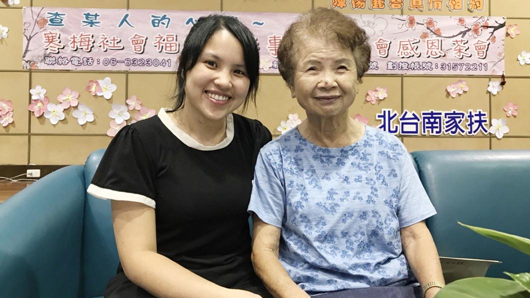 寒梅基金會創辦人陳楊麗蓉(右)。圖/中央社 單親嬤助單親媽 省吃儉用累捐近千萬