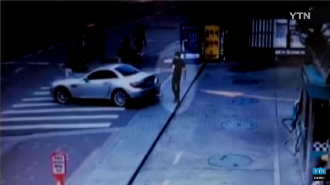 南韓一名男子假裝下半身癱瘓詐領保險金,事後警方調閱監視器將他拆穿。(圖/翻攝自YouTube) 闖女同事家從5樓摔落 男裝「下半身癱瘓」詐領4億
