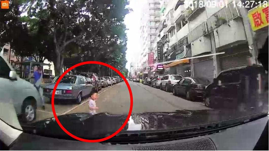 圖/擷取自影片 童衝出遭車撞責任算誰? 「滿14歲了沒」是關鍵