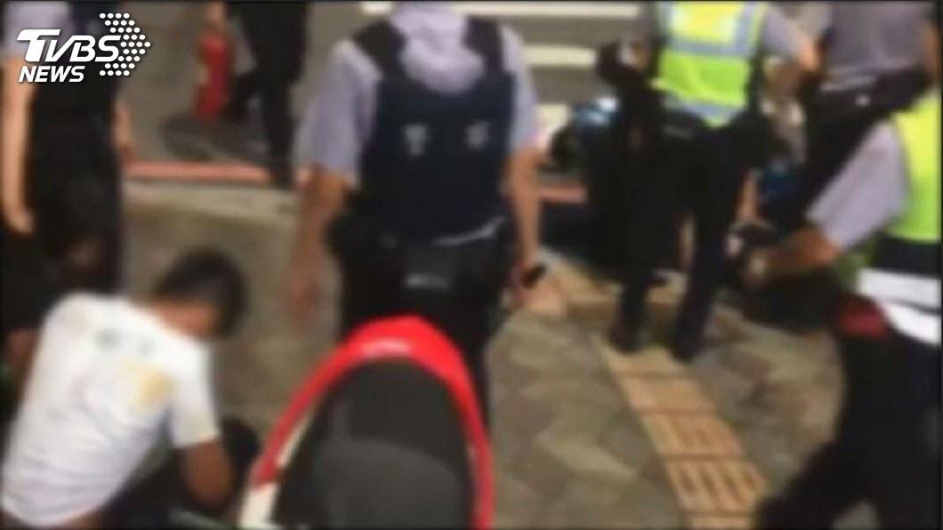 警方隨即出動快打部隊,將這幾名滋事的小屁孩壓制帶回偵訊。(圖/TVBS)