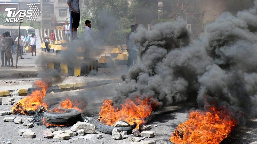 圖/達志影像路透社 抗議經濟惡化 葉門群眾焚燒輪胎示威