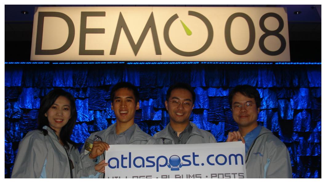 地圖日記一推出就造成轟動,2008年更在美國DEMO創意展大放異彩,不僅擊敗來自全球70多個團隊,奪得第一名,更成為18年來第一個獲獎的非美國網站,成為台灣之光。右一為郭書齊,右二為郭家齊。   圖/郭氏兄弟