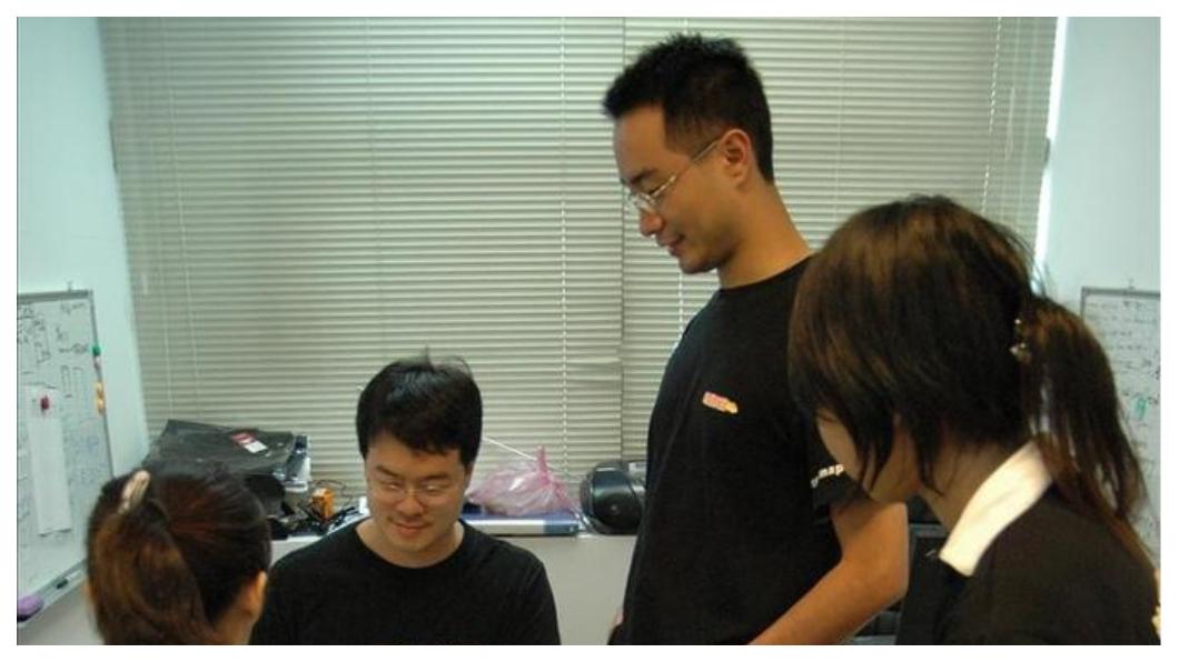 草創維艱,在星巴克發想的「地圖日記」成為創業第一步,向親友湊齊50萬台幣,郭氏兄弟租下一個兩坪大的辦公室開始創業。開工的第一項工作,架設一台電腦和自己動手組裝桌椅。圖中站立者是郭家齊,左二是郭書齊。  圖/郭氏兄弟