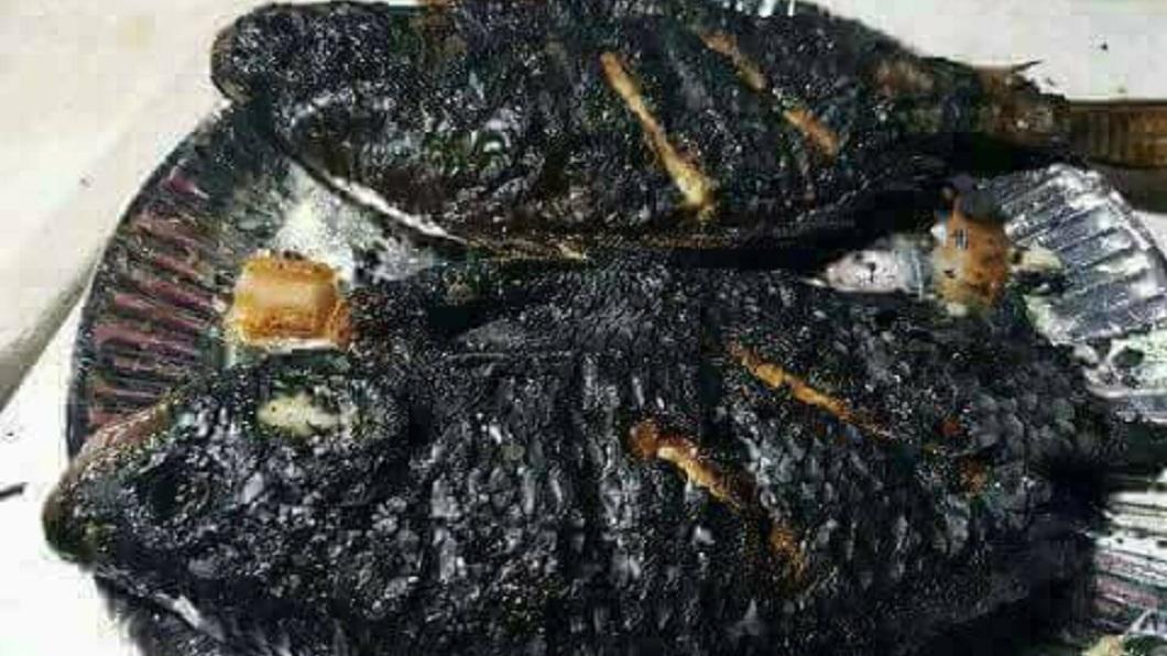 除了上述被網友戲稱的烏骨雞和墨魚香腸外,這條吳郭魚也被戲稱是黑包魚。(圖/翻攝自爆怨公社)