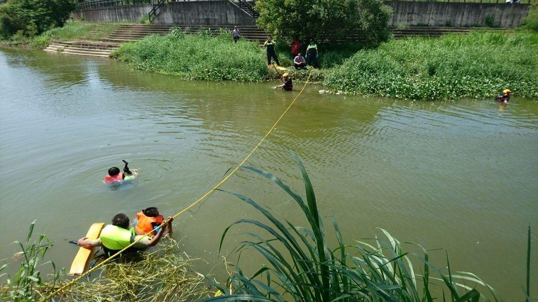 圖/新竹市消防局 淺淺溪水抓交替?男河邊捕魚「人慢慢沉下去」